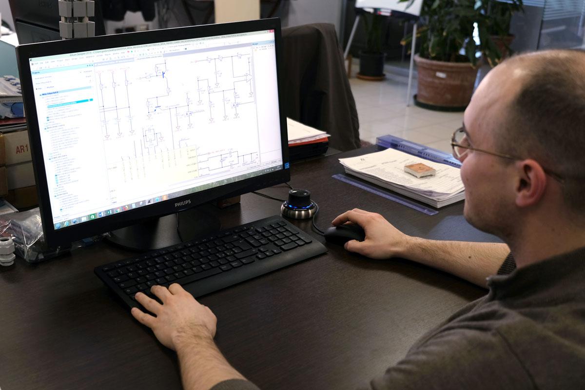 Ingegnere del team Nastec lavora ad un progetto al computer